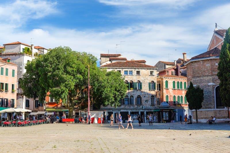 Download Rue à un centre de Venise photo éditorial. Image du maison - 77157841