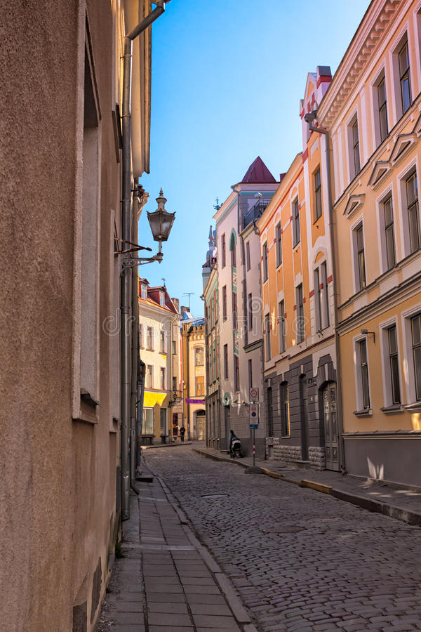 Rue étroite à Tallinn photo libre de droits