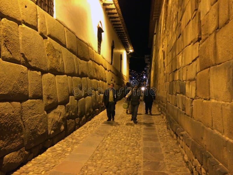 Rue étroite antique de Cuzco la nuit image libre de droits