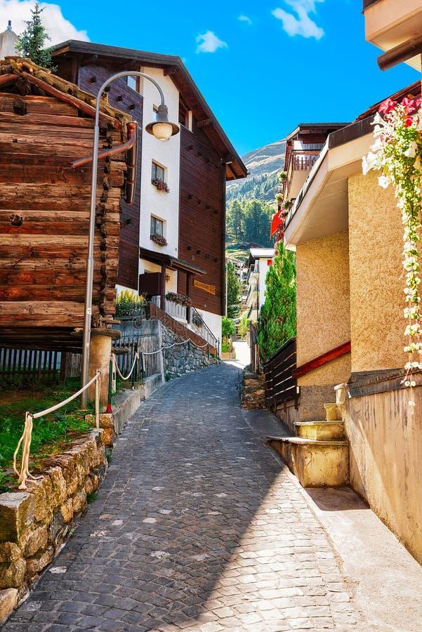Rue étroite au centre de Zermatt en Suisse ch photo libre de droits
