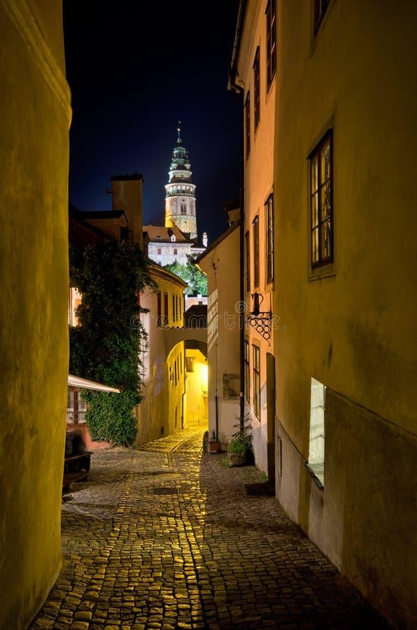 Rue étroite au cours de la nuit, Cesky Krumlov, République Tchèque image stock