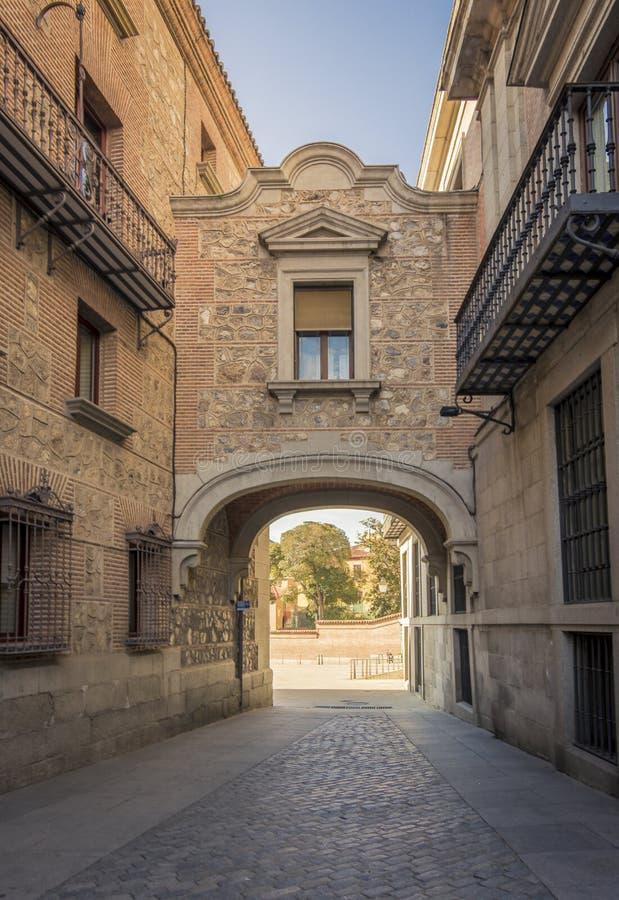 Rue étroite au vieux centre de la ville de Madrid photo stock