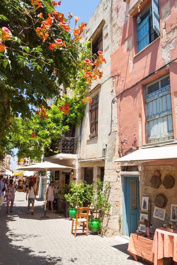 Rue étroite avec des boutiques de souvenirs dans la vieille ville de Chania photos stock