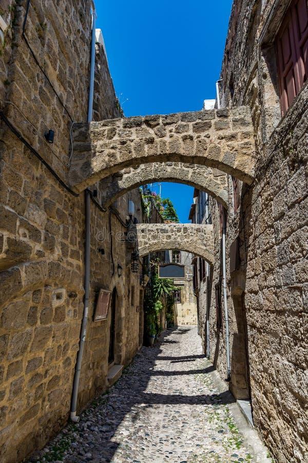 Rue étroite avec du charme dans la vieille ville de Rhodes image libre de droits