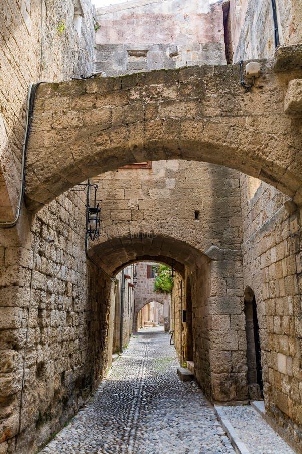 Rue étroite avec du charme dans la vieille ville de Rhodes, Grèce photographie stock libre de droits