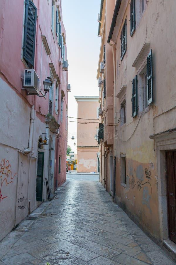 Rue étroite avec les bâtiments en pierre de fin de texture photos stock