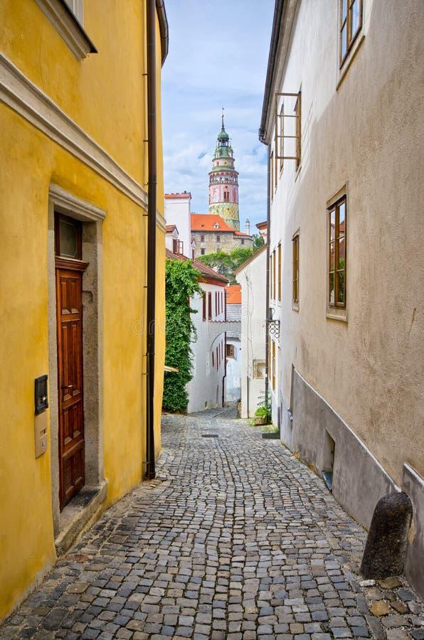 Rue étroite dans Cesky Krumlov, République Tchèque photographie stock libre de droits