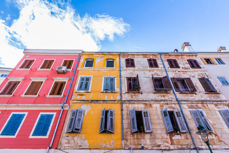 Rue étroite dans la nuit de la vieille ville de Rovinj, Croatie images stock