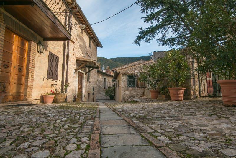 Rue étroite dans la petite ville médiévale de Campello Alto en Ombrie, Italie images libres de droits