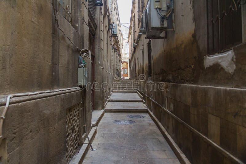 Rue étroite dans la vieille ville de Bakou l'azerbaïdjan images stock