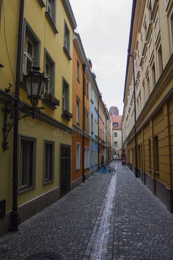 Rue étroite dans la vieille ville de Wroclaw poland image libre de droits