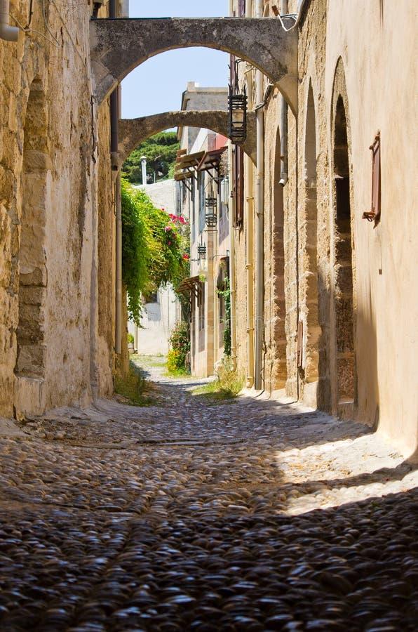 Rue étroite dans la ville de Rhodes, Grèce photo stock