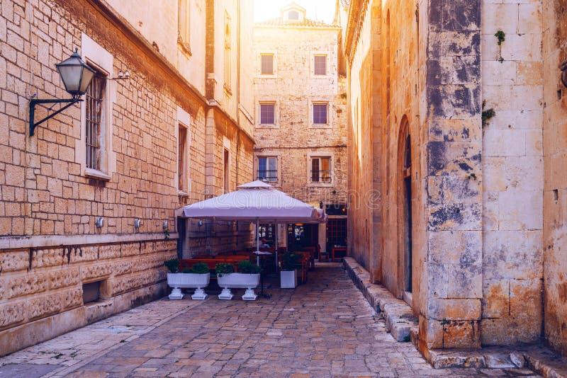 Rue étroite dans la ville historique Trogir, Croatie course de agrandissement en verre de carte de destination Vieille rue étroit image libre de droits