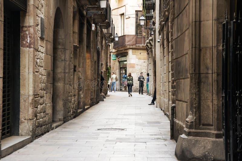 Rue étroite dans le quart gothique de Barcelone photo stock