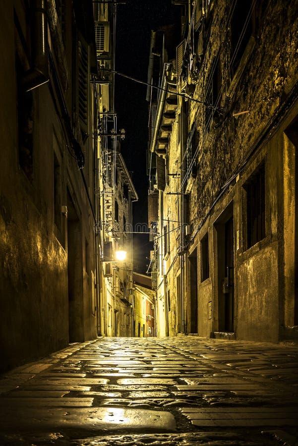 Rue étroite dans une vieille ville photographie stock libre de droits