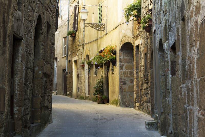 Rue étroite dans une ville de Toscane photographie stock