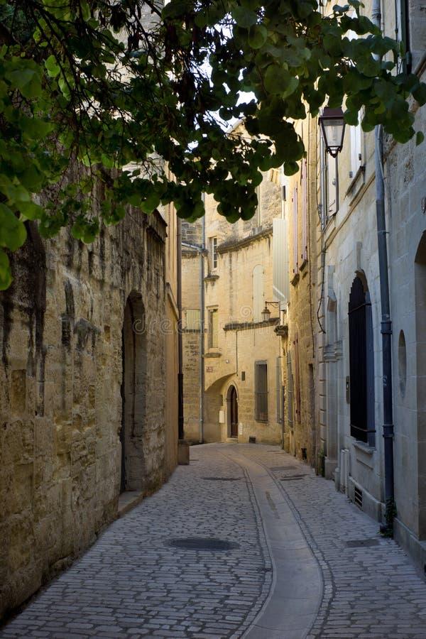 Rue étroite dans Uzes, France photos libres de droits
