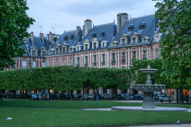 Rue étroite de Paris ce soir Voyage autour des Frances photo stock