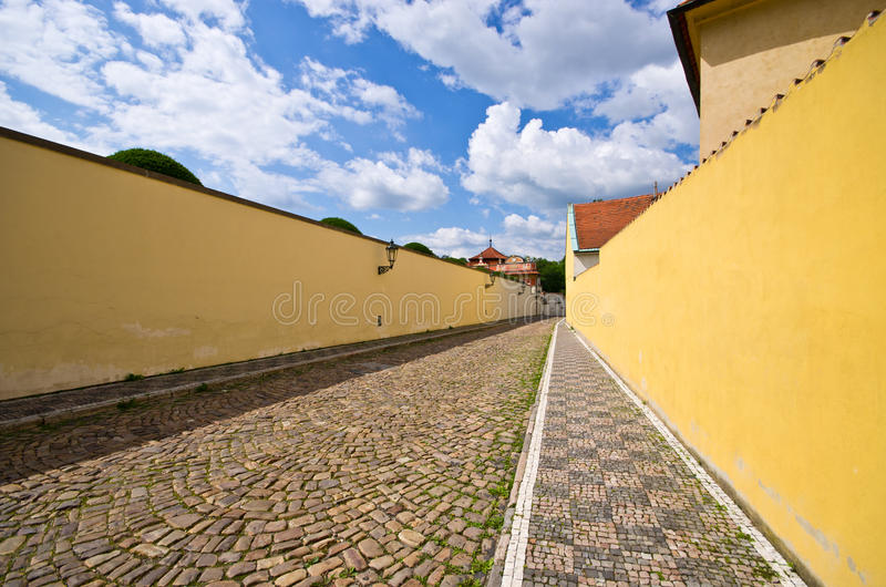 Rue étroite de pavé rond avec le mur, Prague, République Tchèque photographie stock