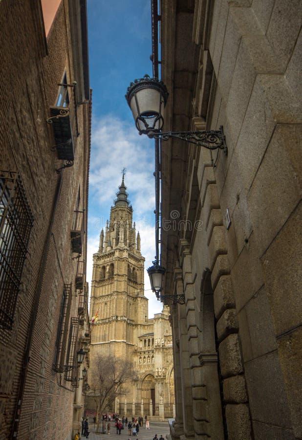 Rue étroite de Toledo et tour de cathédrale de Toledo image libre de droits