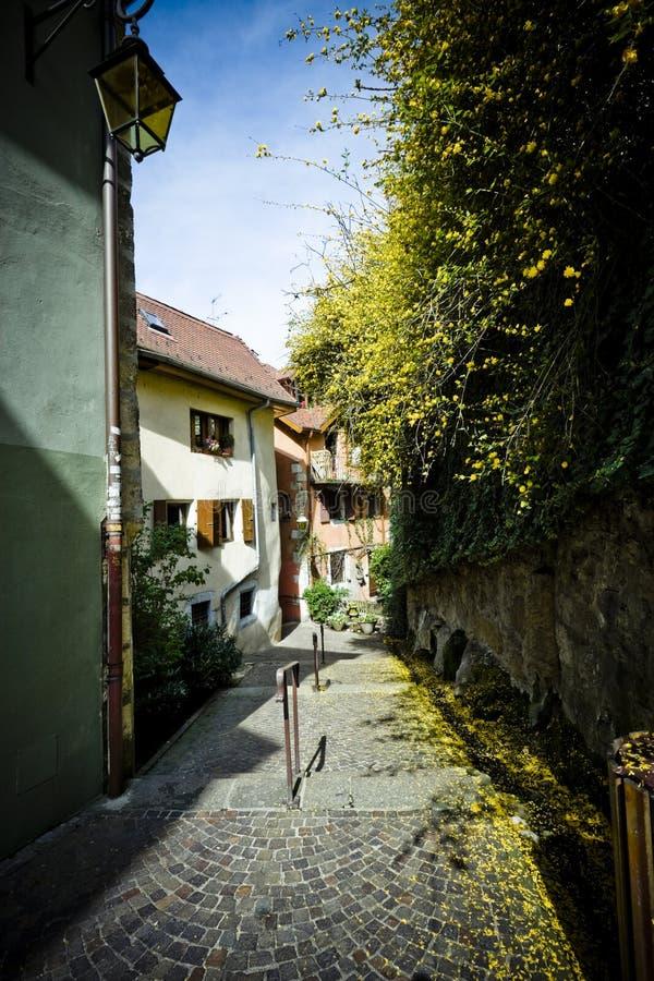 Rue étroite de village image stock