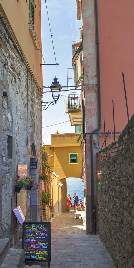 Rue étroite de village coloré de Corniglia, Italie image stock