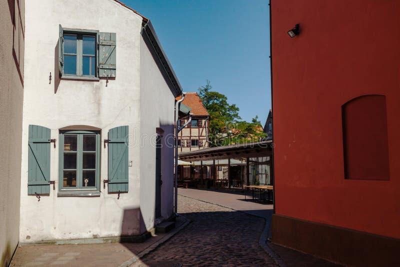 Rue étroite du vieux secteur de ville de la ville de Klaipeda, Lithuanie images stock