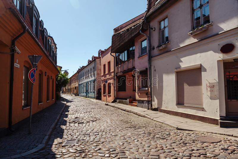 Rue étroite du vieux secteur de ville de la ville de Klaipeda, Lithuanie photos libres de droits