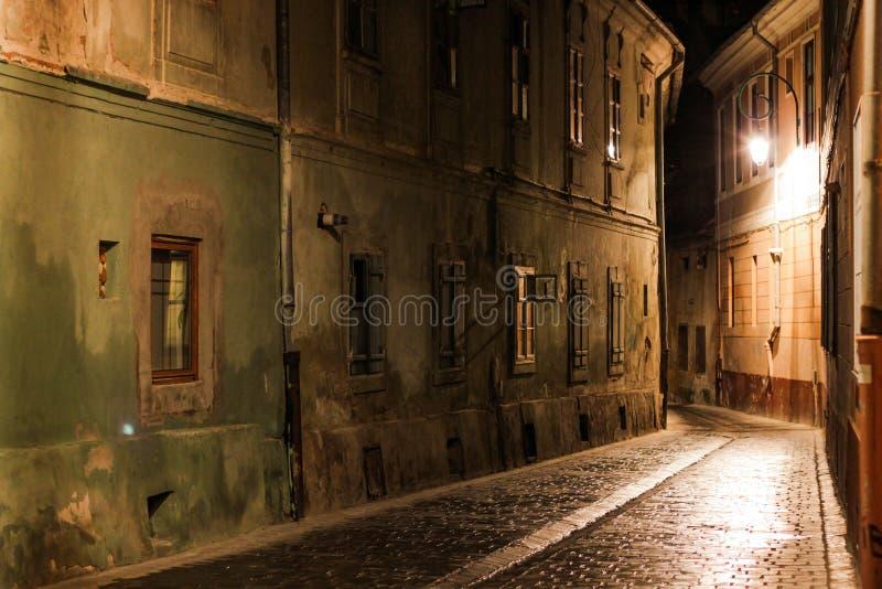 Rue étroite la nuit en Brasov image libre de droits