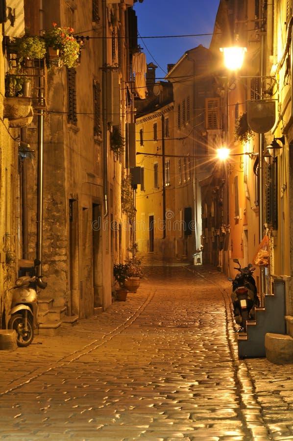 Rue étroite la nuit - Rovinj, Croatie image stock