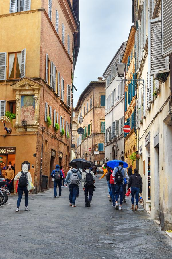 Rue étroite médiévale à Sienne, Toscane, Italie photographie stock libre de droits