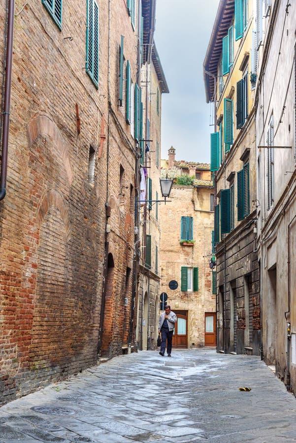 Rue étroite médiévale à Sienne, Toscane, Italie photos stock