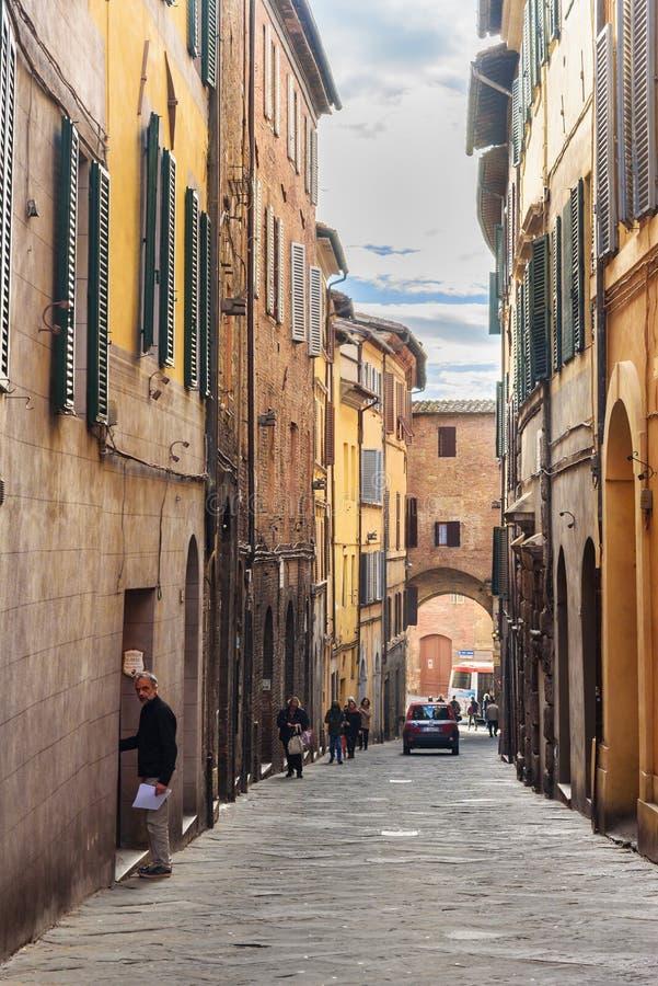 Rue étroite médiévale par l'intermédiaire de Giovanni Dupre à Sienne, Toscane, Italie photos libres de droits