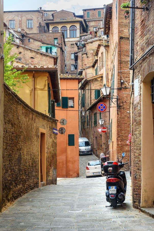 Rue étroite médiévale par l'intermédiaire de Lombarde à Sienne, Toscane, Italie images stock