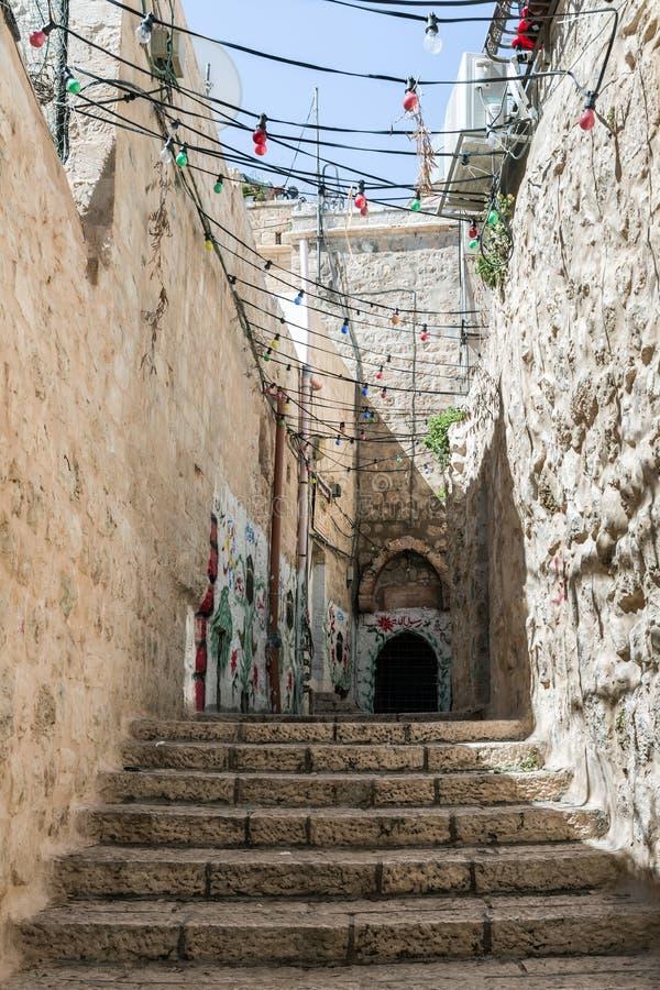 Rue étroite près du patriarcat grec dans le quart musulman près de la porte de héros sur la vieille ville de Jérusalem, Israël photos stock