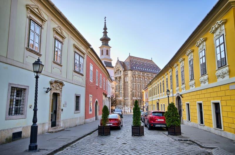 Rue étroite sur la colline de château à Budapest, Hongrie photos libres de droits