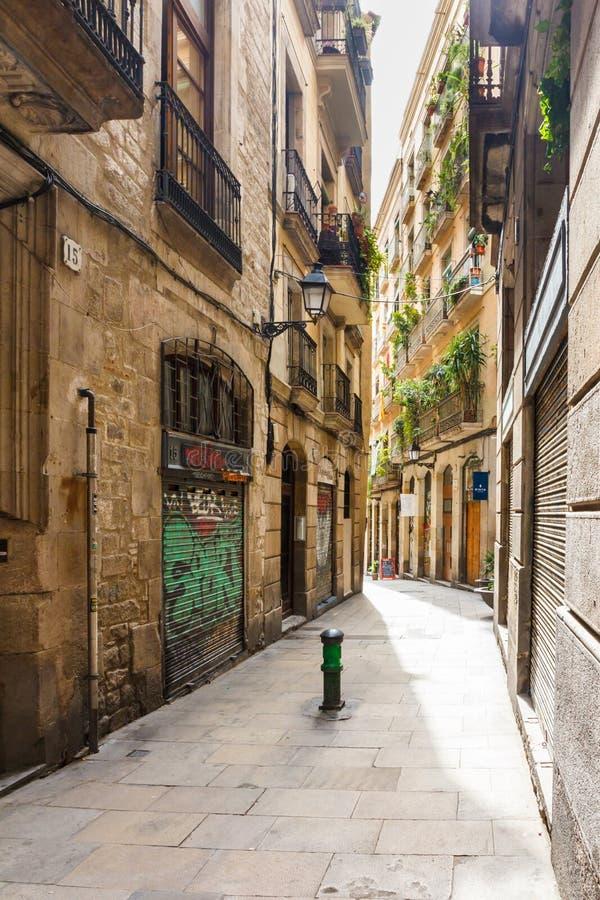 Rue étroite typique dans le quart gothique photo libre de droits