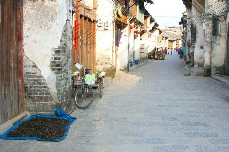 Rue antique avec le cycle de transporteur dans Xingping image libre de droits