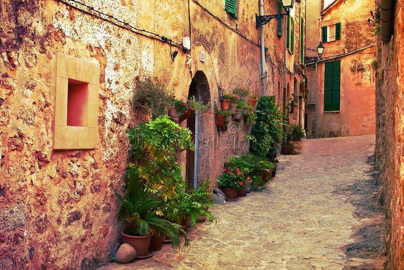 Rue antique dans le village de Valldemossa, Majorque photos stock