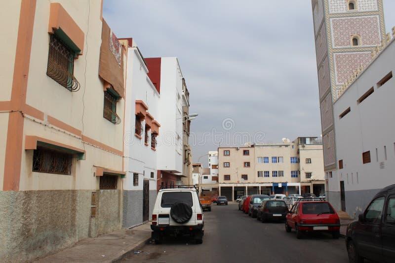 Rue Arabe avec les voitures de stationnement sur la route, Agadir, Maroc photo libre de droits