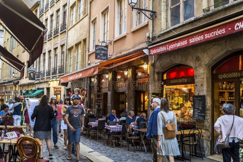 Rue atmosphérique occupée dans Vieux Lyon, Lyon, France image stock