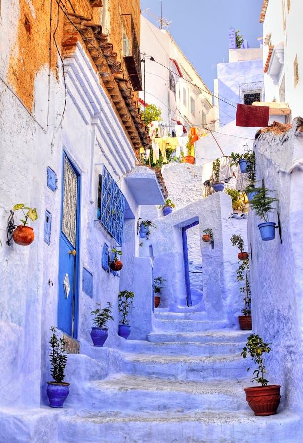 Rue avec des escaliers en Médina de ville bleue marocaine Chaouen images stock