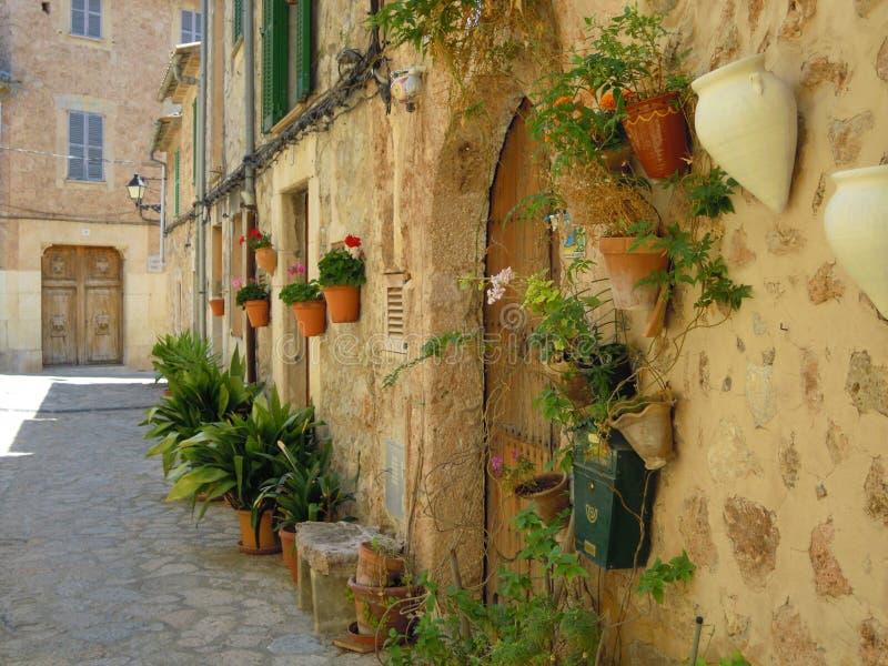 Rue avec des fleurs en Espagne image libre de droits