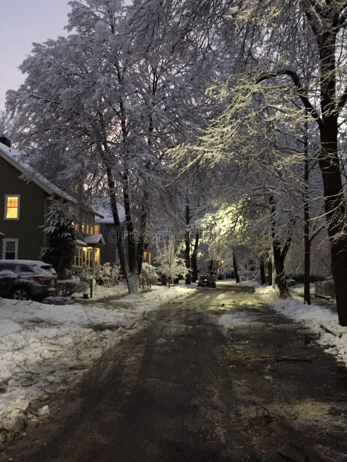 Rue avec du charme d'hiver photos libres de droits