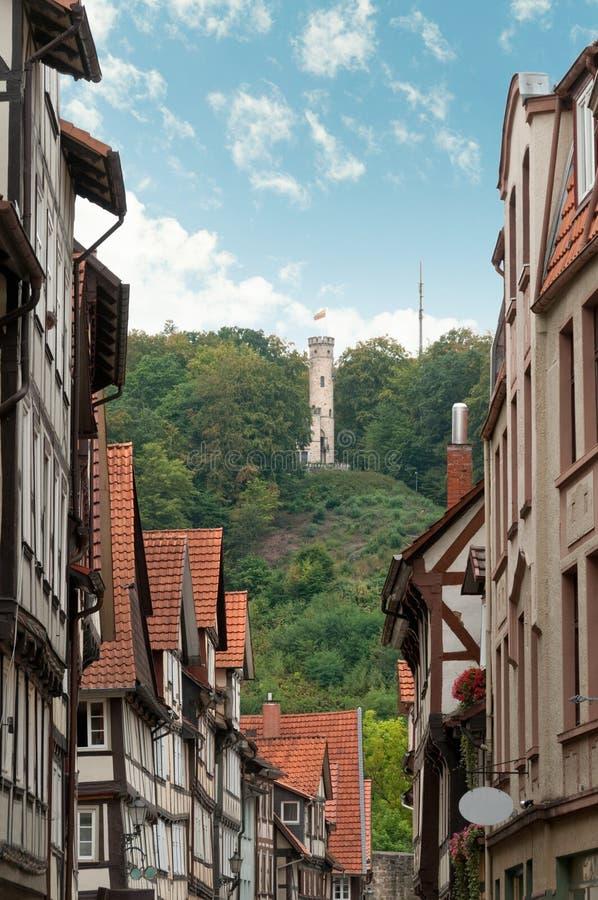 Rue avec les maisons à colombage dans la ville allemande photos stock