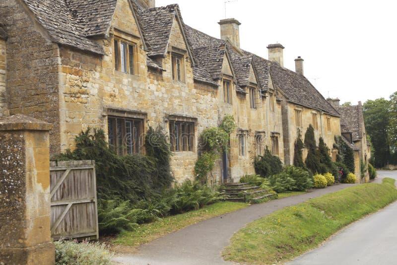 Rue avec les maisons anglaises photos stock