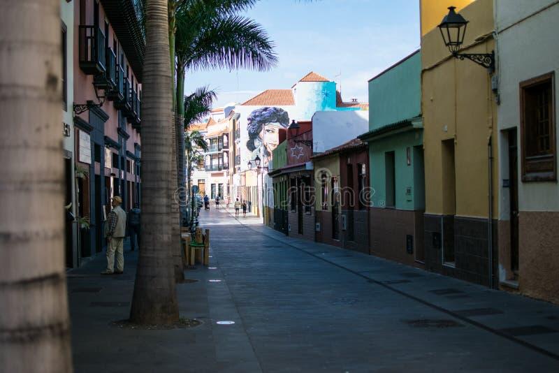 Rue avec les maisons colorées images stock