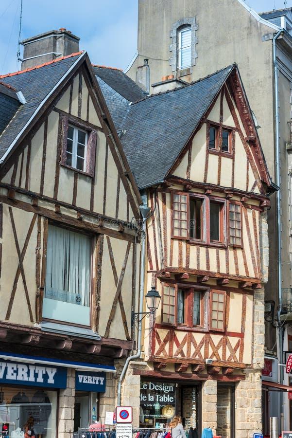 Rue avec les maisons colorées dans une ville médiévale de Vannes, France photographie stock libre de droits