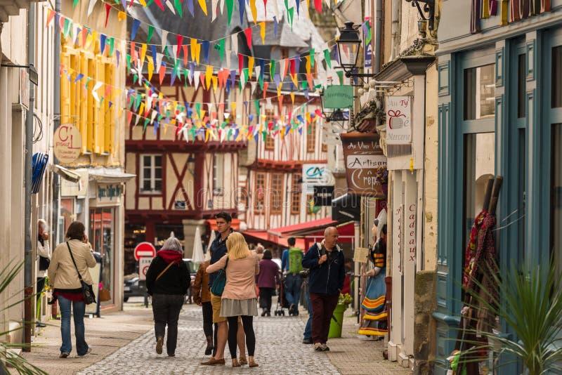 Rue avec les maisons colorées dans une ville médiévale de Vannes, France image stock