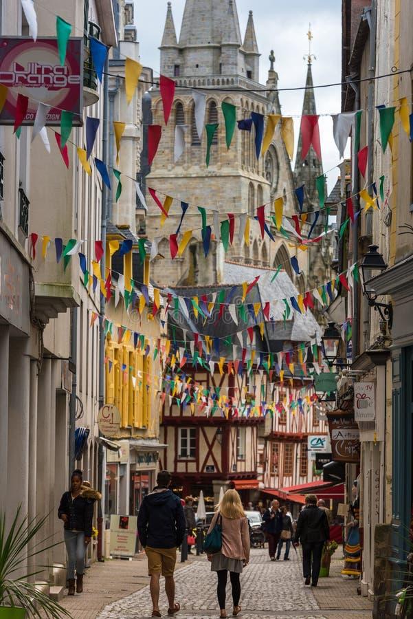 Rue avec les maisons colorées dans une ville médiévale de Vannes, France photos stock
